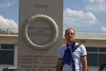La Flamme Eternelle des Anciens déportés de Dachau portée par Fabrice Hayoun au mois d'août 2008 à Deauville devant le monument aux Résistants fusillés