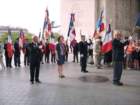 La Flamme Eternelle à l'Arc deTriomphe portée par Claudine Bertin pour la journée nationale de la Déportation en 2008